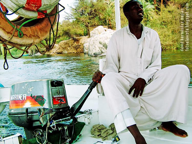 Un timonel nubio conduce una barca sobre el río Nilo, Egipto