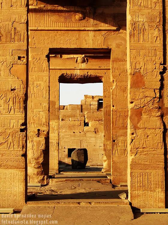 Varias puertas de un templo egipcio adornadas con jeroglíficos nos enmarcan la historia de pasadas civilizaciones. Kom Ombo? Egipto