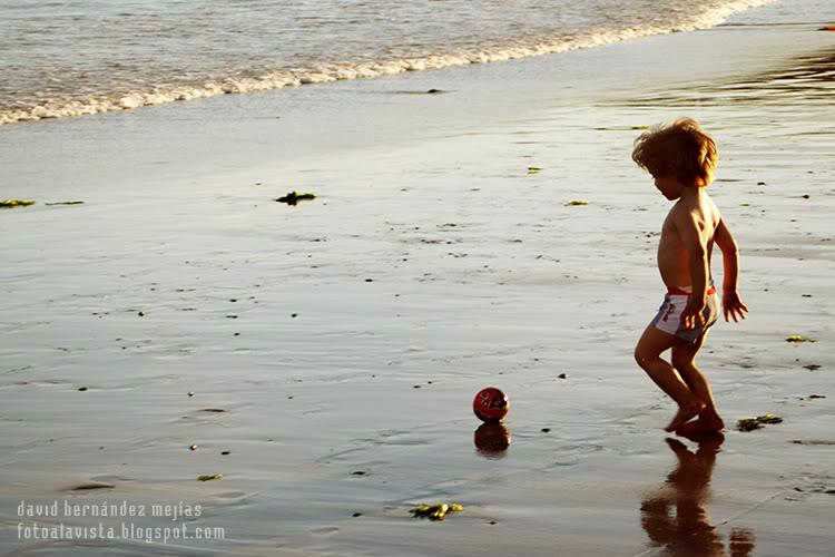 Niño y su reflejo con pelota